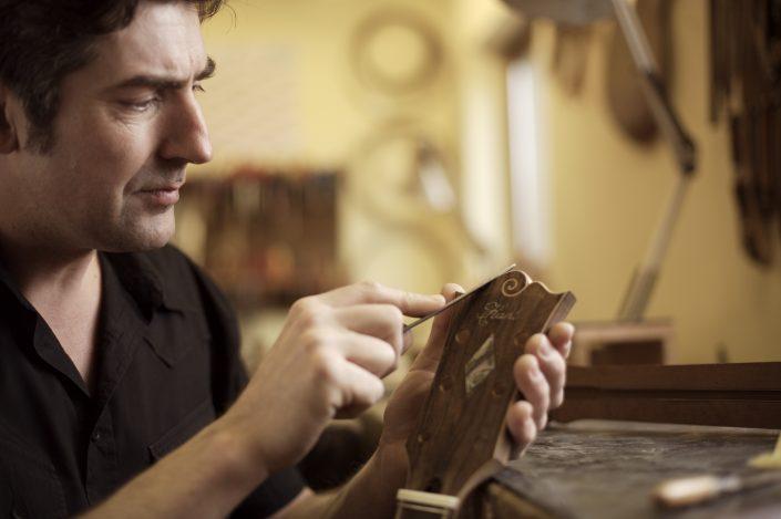 Hahl Meistergitarren entstehen, Stefan Hahl fertigt den Gitarrenhals