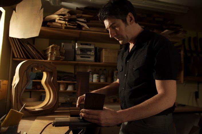 Hahl Meistergitarren entstehen, Stefan Hahl beim bauen einer neuen Gitarre